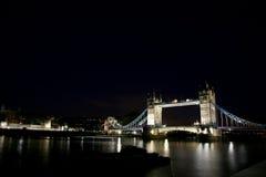 Kontrollturm-Brücke nachts stockbild