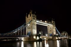 Kontrollturm-Brücke nachts lizenzfreies stockbild
