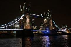 Kontrollturm-Brücke nachts Stockfotografie
