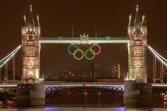 Kontrollturm-Brücke nachts mit olympischen Ringen stockbilder