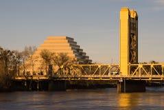 Kontrollturm-Brücke in Sacramento am Sonnenuntergang Stockfotografie