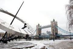 Kontrollturm-Brücke und Kontrollturm-Hügel wählen im Schnee, London, Großbritannien stockbild