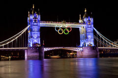 Kontrollturm-Brücke und olympische Ringe Stockbild