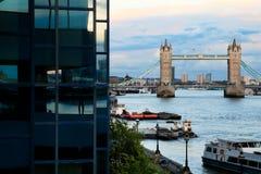 Kontrollturm-Brücke und Themse Stockbilder