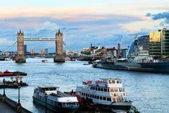 Kontrollturm-Brücke und Themse Lizenzfreies Stockbild