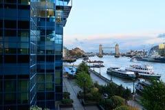 Kontrollturm-Brücke und Themse Lizenzfreie Stockbilder