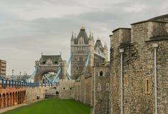 Kontrollturm-Brücke und Tower von London, Vereinigtes Königreich Lizenzfreie Stockbilder