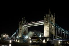 Kontrollturm-Brückenöffnung nachts, London, Großbritannien Lizenzfreies Stockbild