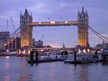 Kontrollturm-Brücken-Abend Stockfotografie