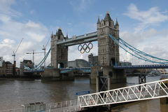 Kontrollturm-Brücken-olympische Ringe, London lizenzfreie stockfotos