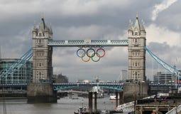 Kontrollturm-Brücken-olympische Ringe, London Stockbilder