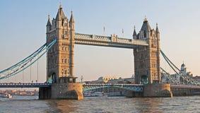 Kontrollturm-Brücke in der Leuchte des frühen Abends Stockfotos