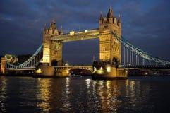 Kontrollturm-Brücke, London, England, Großbritannien, Europa, an der Dämmerung Lizenzfreies Stockbild