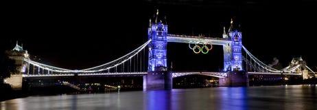 Kontrollturm-Brücke und olympische Ringe Stockbilder