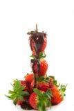 Kontrollturm der Erdbeeren mit geschmolzener Schokolade lizenzfreie stockbilder