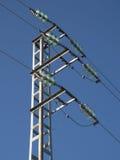 Kontrollturm der Hochspannungsseilzüge mit dem Himmel stockfoto