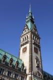 Kontrollturm des Rathauses von Hamburg stockbilder