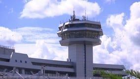 Kontrollturm am Flughafen, an der Steuerung und am Management von Flugzeugflügen stock footage