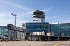 Kontrollturm am Frankfurt-Flughafen Stockbild