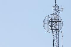 Kontrollturm gegen blauen Himmel Stockbilder