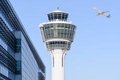 Kontrollturm internationalen Flughafens Münchens und Abreisestart Stockbilder
