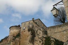 Kontrollturm mit Fenster des alten Schlosses, dunkelblauer Himmel mit Wolken im Hintergrund Lizenzfreie Stockfotos