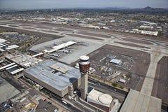 Kontrollturm u. Flughafen Stockfotografie