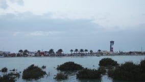 Kontrollturm und Bahrain-Flughafen an der Dämmerung Fokus in Richtung zu den niedrigeren und mittleren Zahlen stock footage