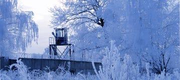 Kontrollturm und eisige Bäume Lizenzfreies Stockbild