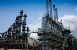 Kontrollturm und Kugel in der chemischen Fabrik Stockfotografie