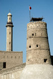 Kontrollturm und Minarett im alten Fortbereich von Dubai Lizenzfreies Stockfoto