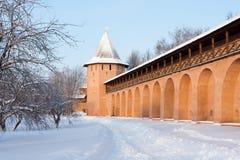 Kontrollturm und Wand des alten russischen Klosters in Suzdal Lizenzfreies Stockbild