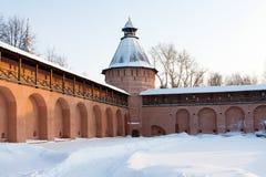 Kontrollturm und Wand des alten russischen Klosters in Suzdal Stockbild