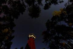 Kontrollturm unter Sternen Stockbilder