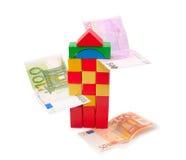 Kontrollturm von den mehrfarbigen Würfeln und von den Banknoten lizenzfreies stockbild