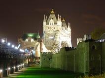 Kontrollturmbrücke bis zum Nacht Stockbild