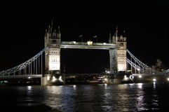 Kontrollturmbrücke bis zum Nacht Stockbilder