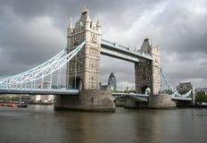 Kontrollturmbrücke und London-Skyline Stockbild