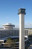 Kontrollturmsteuerung und -hotel Stockfoto