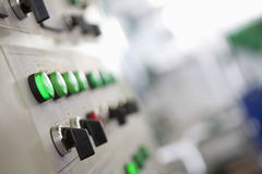 Kontrollvisartavlor på fabriks- maskineri royaltyfria bilder
