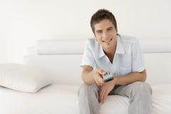 kontrolnego mężczyzna relaksujący daleki używać Fotografia Royalty Free