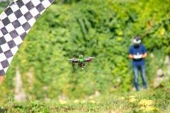 Kontrolowany bezpilotowy truteń w locie w lecie, fotografia stock