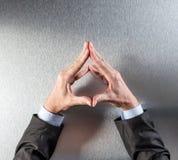 Kontrolowany biznesmen wręcza pokazywać stabilność, ochronę lub odbicie, nad widok obraz royalty free