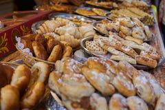 Kontuar z cukierkami i kulebiakami Zdjęcia Royalty Free