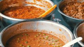 Kontuar z rozmaitością Tajlandzki jedzenie Mięso, polewki, sałatki azjatykcia karmowa ulica zbiory