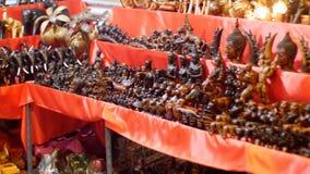Kontuar z Tajlandzkimi pamiątkami w noc rynku Jomtien Tajlandia Pattaya zdjęcie wideo