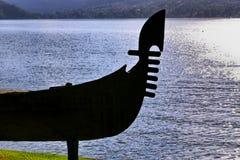 Kontur łódź na brzeg jeziora Zdjęcia Royalty Free
