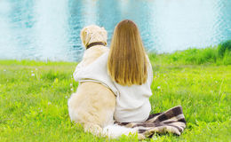 Kontur av ägaren och golden retrieverhunden som tillsammans sitter Royaltyfria Foton