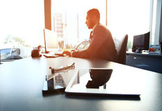 Kontur av affärsmannen som använder bärbara datorn Fotografering för Bildbyråer