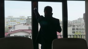 Kontur av affärsmannen som talar på telefonen arkivfilmer